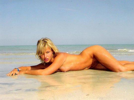 Petra na pláži předvedla své vnady před zásahem plastického chirurga.