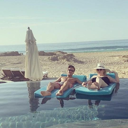 Pochlubila se i, jak s partnerem relaxují v bazénu.