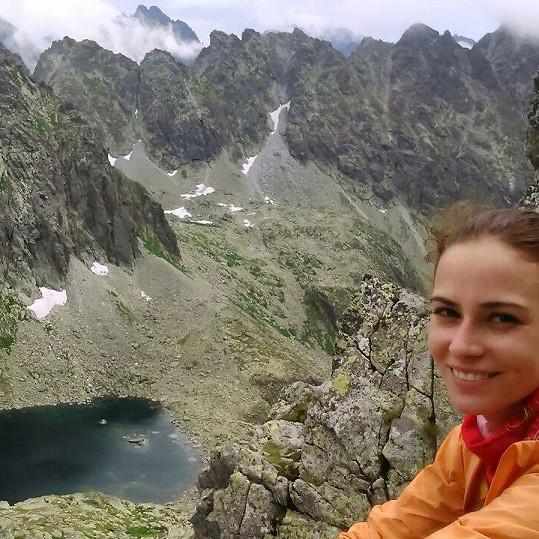 Skoumalové vyhovuje trávit léto turistikou.