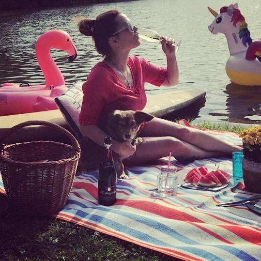 Marta Jandová si užívá léto naplno.