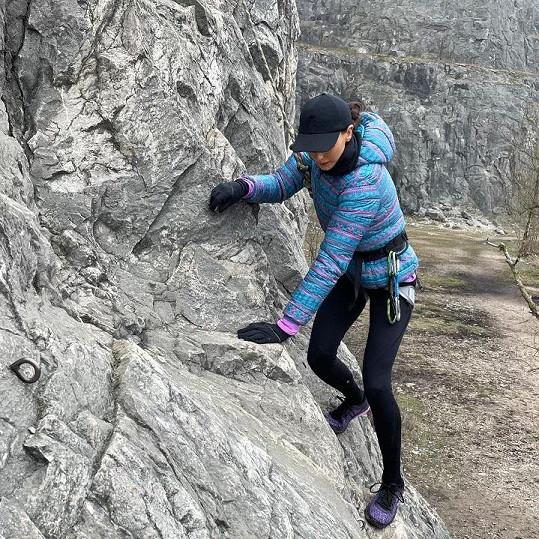 Po skalách lezla poprvé v životě.
