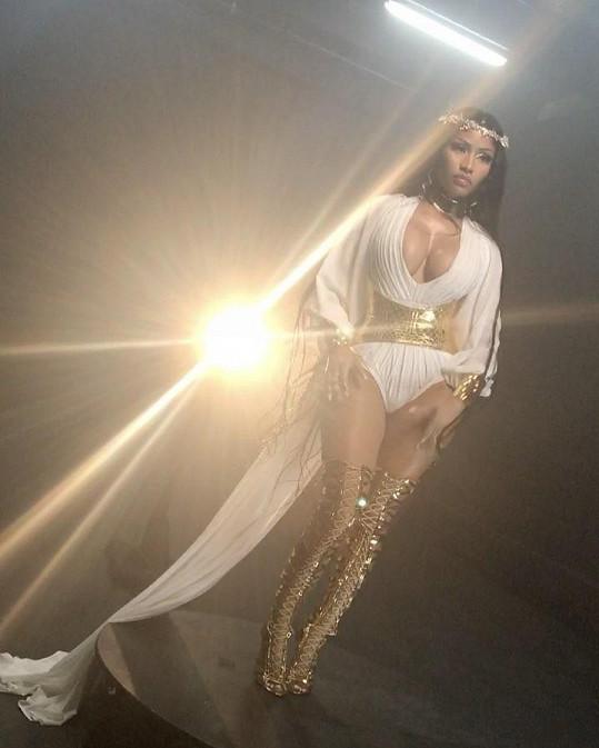 Nicki v tomto kostýmu avizovala vznik dvou nových písní, které vyjdou na chystaném albu dýdžeje Khaleda.