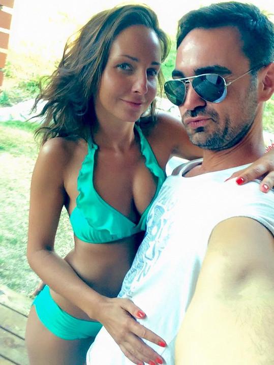 Veronika Arichteva zapózovala s manželem. V plavkách jí to seklo.