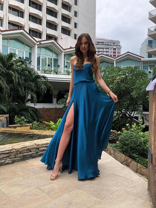 Na rozhovor s porotou oblékla šaty od Dominiky Sedláčkové.