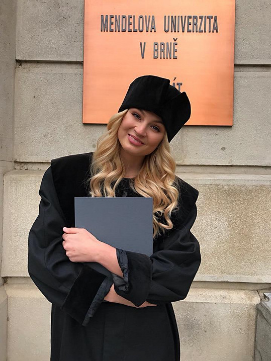 Na promoci vypadala trochu jako Reese Witherspoon ve filmu Pravá blondýnka.