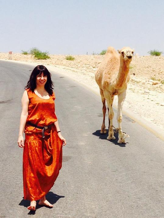 Herečka zapózovala i s velbloudem.