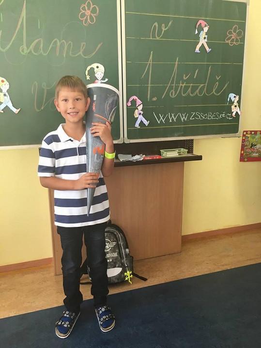Daniel se do školy těšil. Ode dneška je žákem 1.B.
