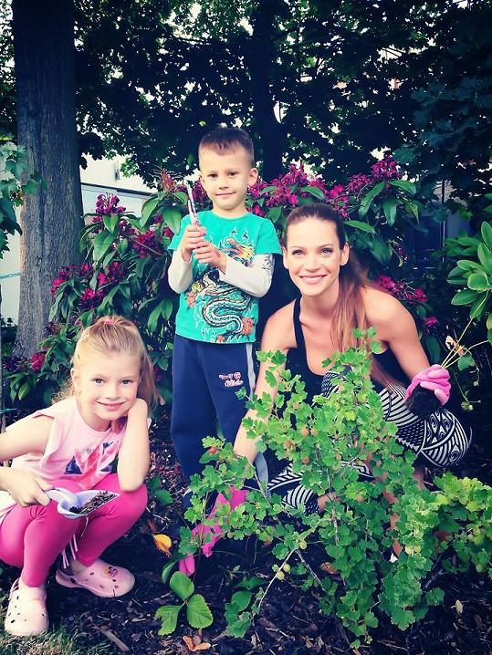 Zahradničí i její děti.