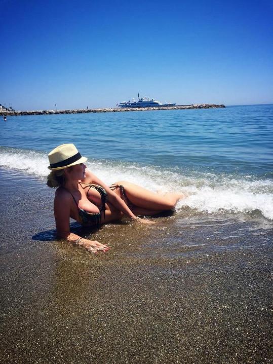 Eva vyrazila na dovolenou do Španělska.