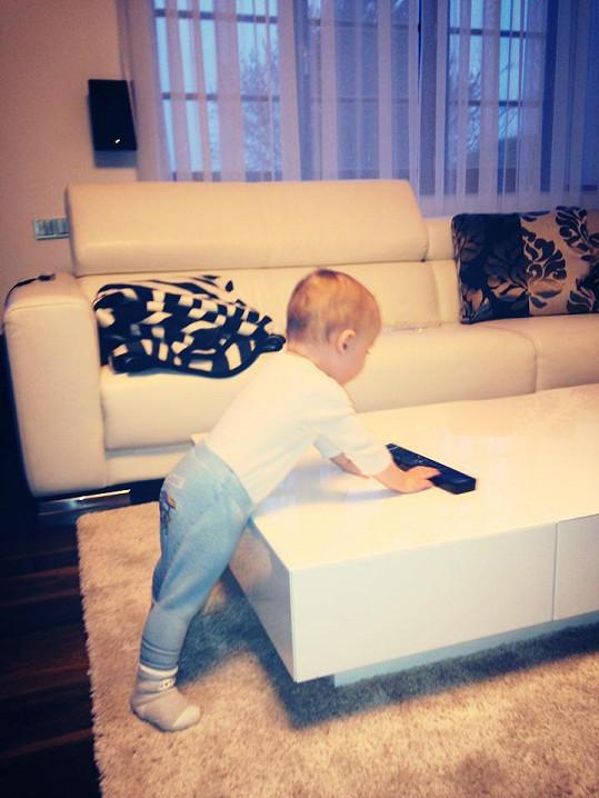 Malý Markus už se poprvé postavil.