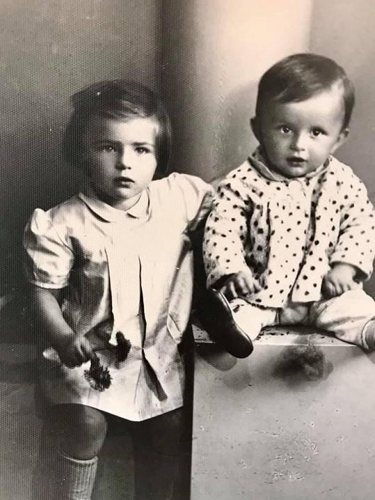 Pavel Trávníček se svou sestrou na fotce z dětství