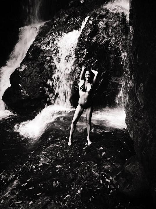 Agáta je nadšená z místních vodopádů.