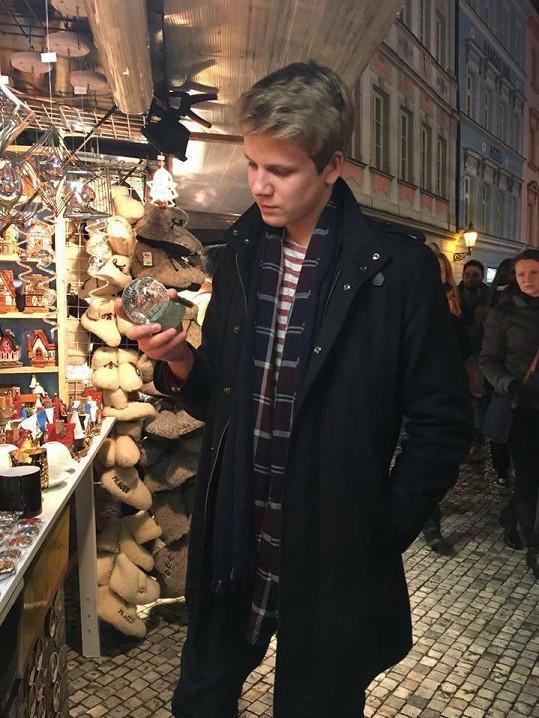 Inspiraci na dárky hledal na vánočním trhu.