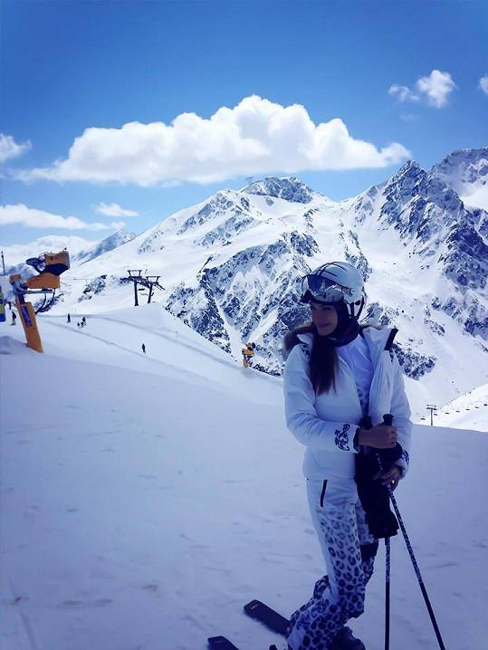 Modelka po loňském drsném pádu na lyžích opět bez obav brázdí sjezdovky.