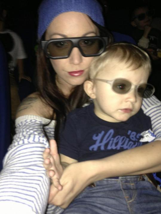 Agáta a Kryšpín v 3D brýlích.