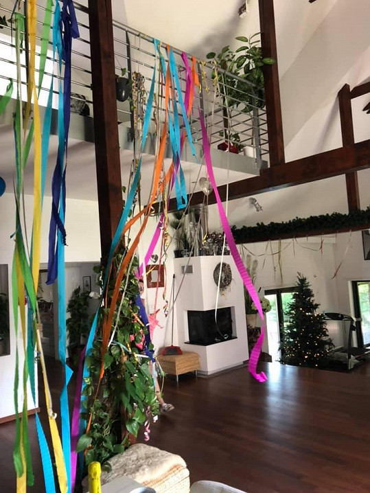 Takhle vypadal během oslavy vnitřek jejich domu.