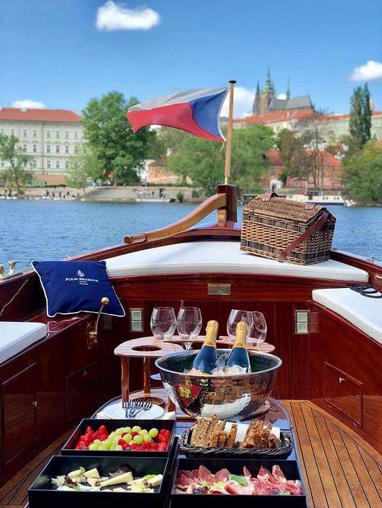 Dámy čekalo občerstvení a výklad přímo od kapitána říční plavby Štěpána Rusňáka.