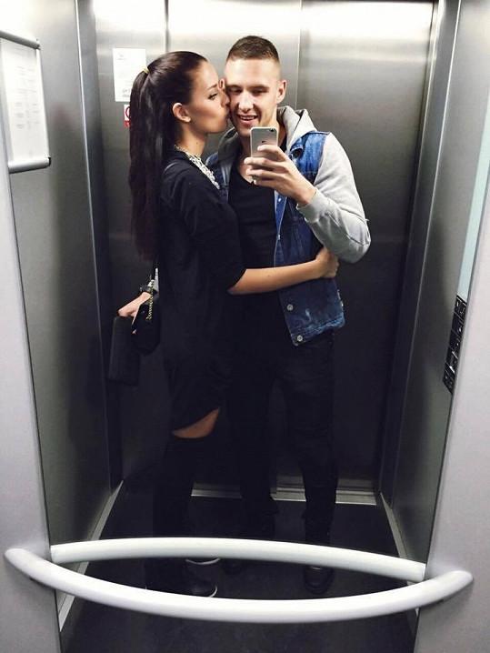 Zraněný fotbalista Pavel Kadeřábek už odložil berle. Pomáhá mu i péče krásné přítelkyně.