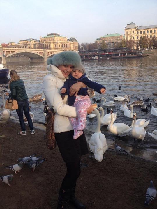 Ornella Štiková na procházce s malým Quentinem