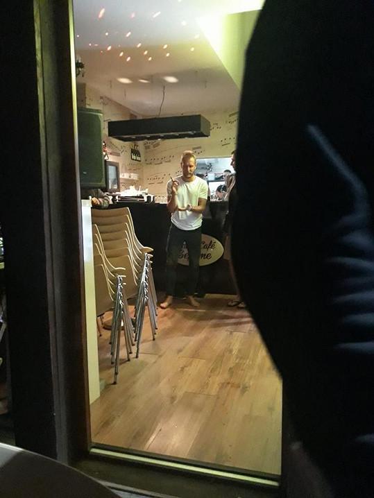 Dan se pak přesunul do baru.