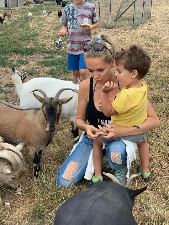 Lucie Vondráčková se syny, kteří si rozumí s Peksovou dcerou.