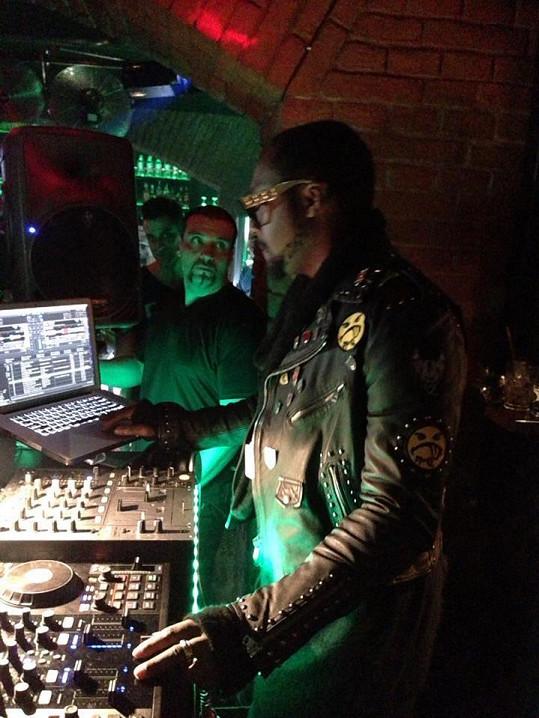 Will I. Am jako DJ v pražském klubu.