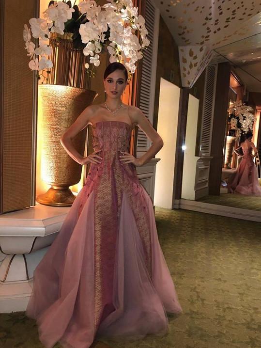Tyto šaty oblékla na módní show místních návrhářů.