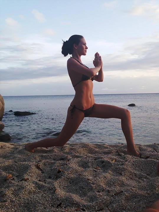 Modelka má dokonalé křivky zformované pravidelným cvičením jógy.