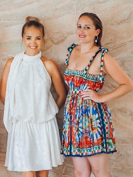 Dominika s Lucií na křtu videoklipu Růže. Ani jedna z nich neměla podprsenku.