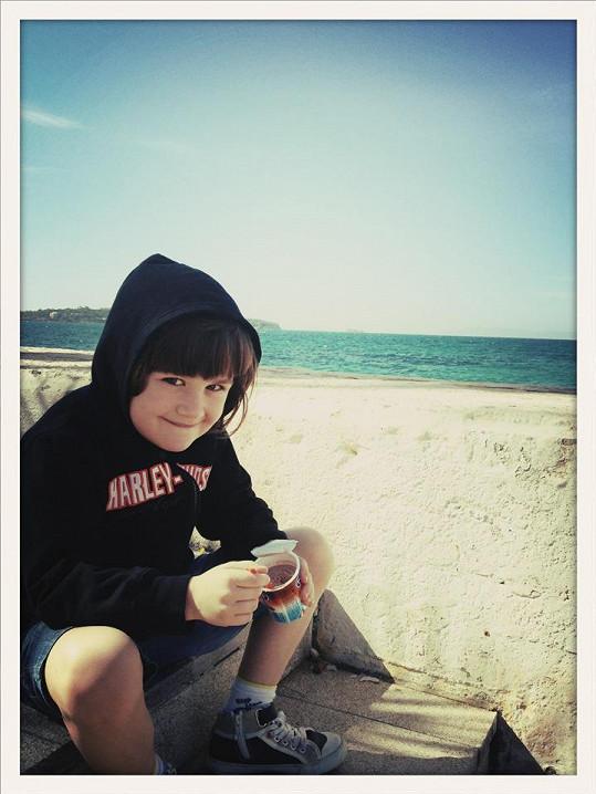 Který kluk by Matesovi nezáviděl dovču u moře.