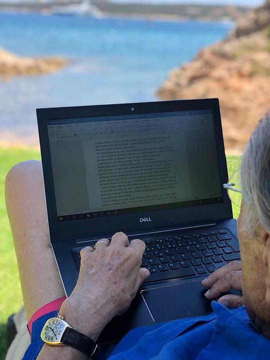 Novou knihu píše s výhledem na moře.