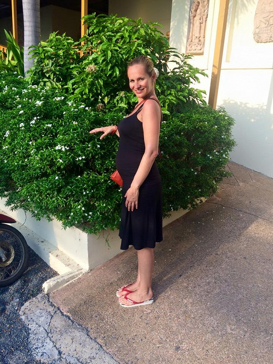 Zpěvačka už měla pěkné bříško i na dovolené v Thajsku.