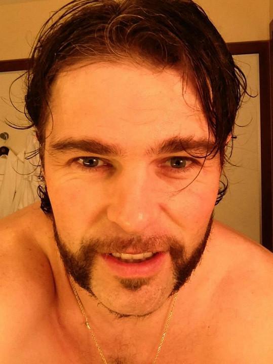 Jaromír Jágr si nechal narůst vousy a vypadal jak herec z filmů pro dospělé.