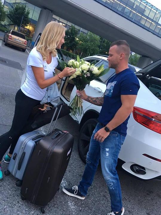 Dominiku Tomáš vítal s kyticí, už když přiletěla ze svého projektu Poleť s Dominikou Mesarošovou k moři.