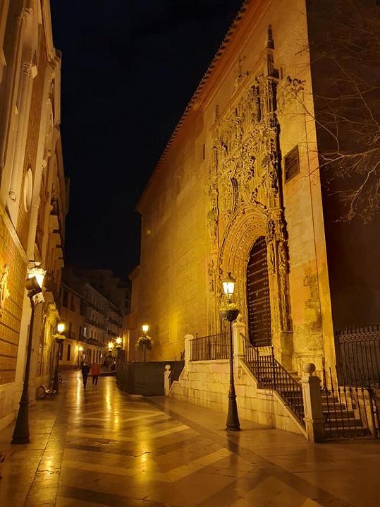 Ulice ve španělském městě byly prázdné.
