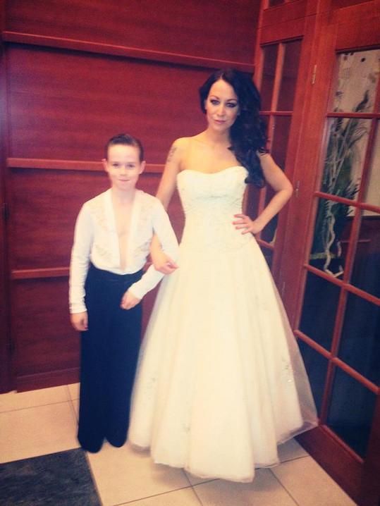 Agáta Hanychová si vyzkoušela svatební šaty. Chystá se veselka?