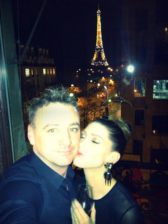 Romantické zásnuby se konaly v Paříži s výhledem na slavnou Eiffelovku.