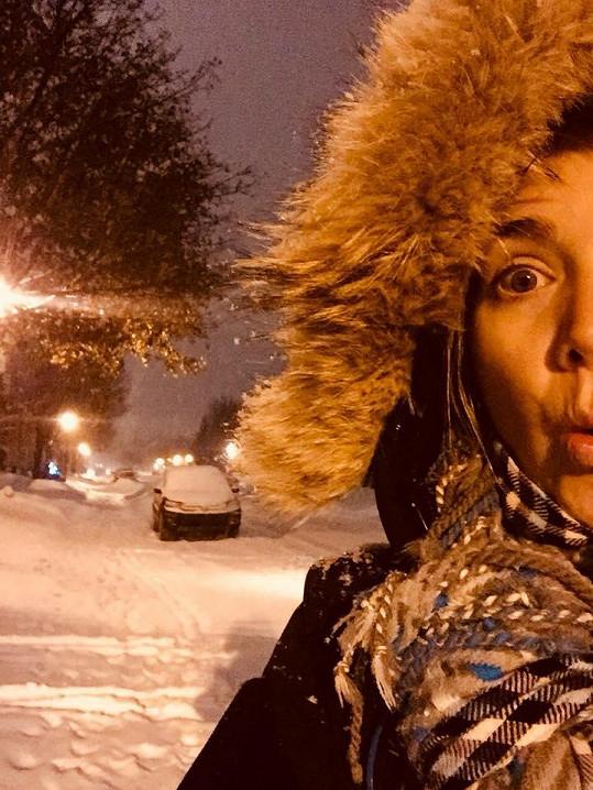 Zpěvačka si kanadskou zimu zamilovala.
