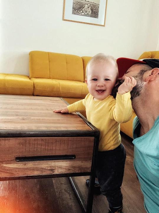 """Na Den otců začal Tim chodit. """"První kroky jsou ty nejdůležitější a ty je dáváš s přehledem!"""" napsal Michael k momentce."""
