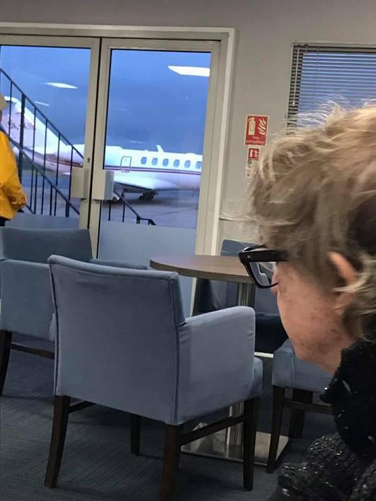 Zpěvák vyhlíží letadlo, které ho má přepravit domů.