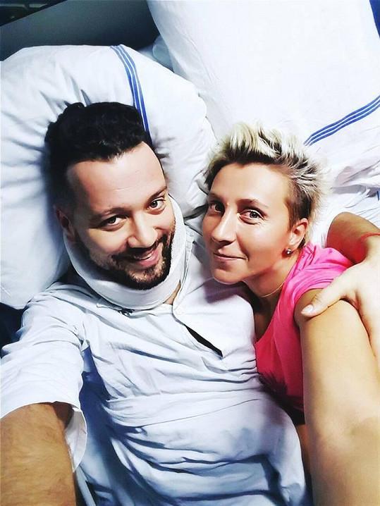 Za Michalem denně dochází do nemocnice jeho partnerka.