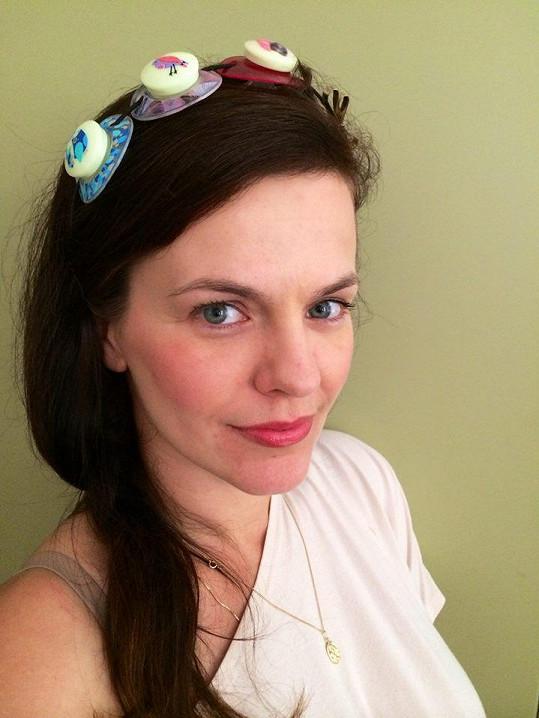 Marta Jandová nosí doma na hlavě tento podivný doplněk z dudlíků.