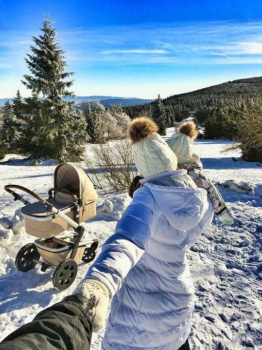 Rodina tráví čas na procházkách, počasí jim přeje.