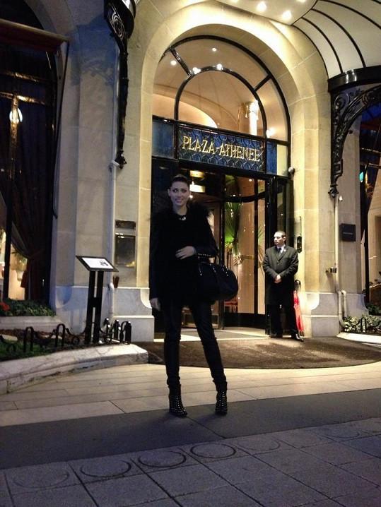 Tereza Kerndlová před vchodem do luxusního hotelu.