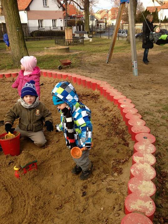 Malý Kryšpín (vpravo) si hraje na dětském hřišti. Skoro jako na jaře.