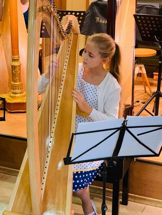 Hraní na harfu ji ale těší.