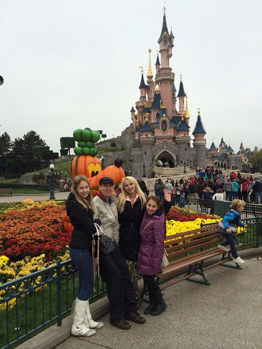 Gross s rodinou je právě v těchto dnech v Paříži.