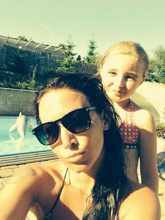 Agáta trávila horký den na zahradě u bazénu.