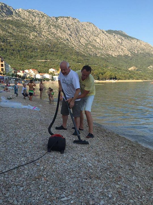 Na chorvatské pláži řádí s vysavačem.
