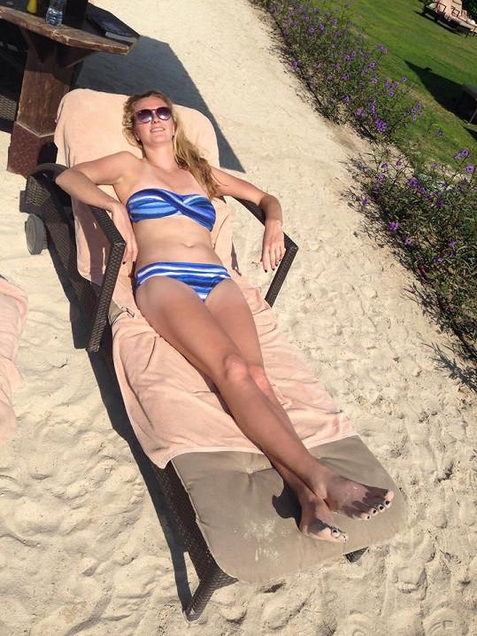 ...a takhle předvádí tělíčko na pláži.